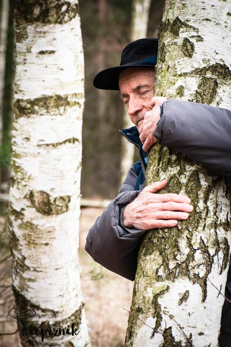 Przytulanie się do drzew